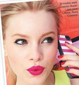 Suposto Super Lápis Rosa Clássico na boca da modelo.